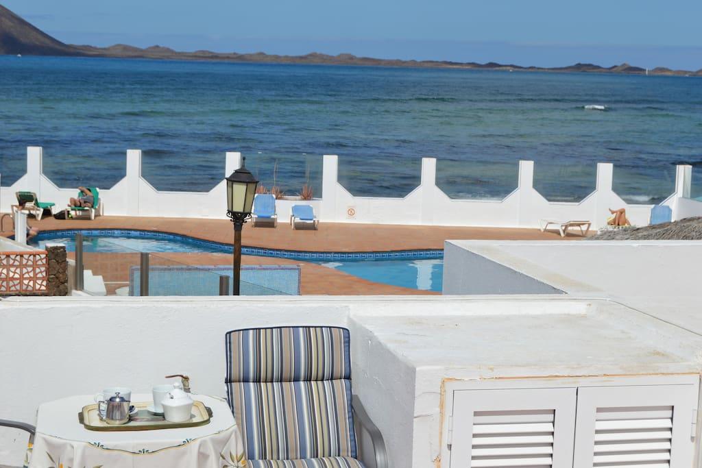 Casa con  60 metros de terraza con vista a mar y piscina .