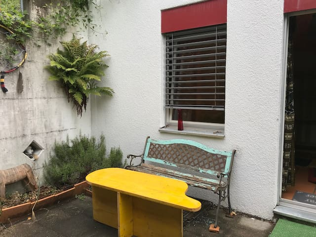 Ein eigener Sitzplatz direkt durch die Balkontür erreichbar.