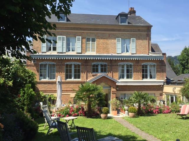 CHAMBRES D'HOTES JANELAUR SAVANE  - Honfleur - Gjestehus