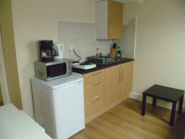 LONDON HUMBLE STUDIO, SLEEPS 2-4, CLOSE TO CITY.