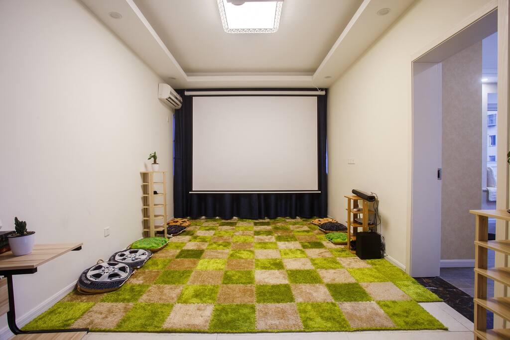 投影大屏幕,可供公司会议文件播放,好友聚会看电影,小盆友欣赏动画片。