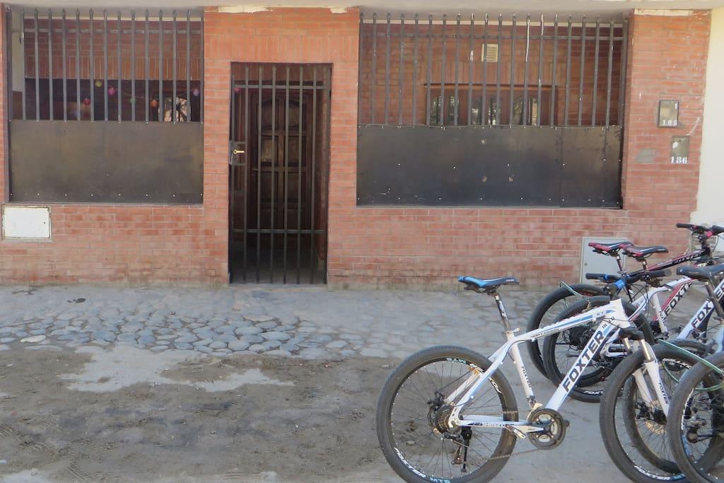 Este es el frente de nuestra casa, calle Cordoba 186, tenemos una habitaciòn privada disponible, se puede hacer twin o matrimonial. Ubicada a 400m de la plaza, cocina, baño, wifi, tv en sala, ventilador, refrigerador, bicicletas mtb, etc.