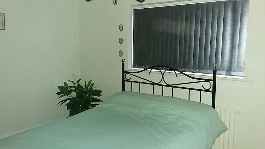 BIRKDALE VILLAGE large cozy double room  FABULOUS.