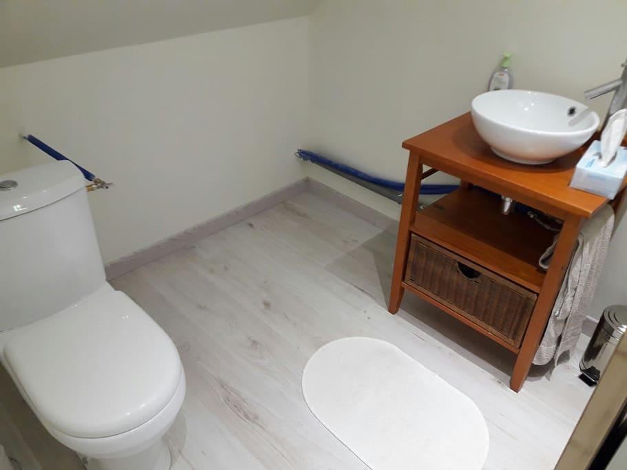 Toilettes à l'étage