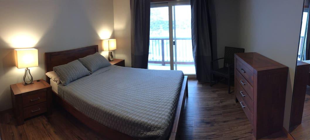 Bed room 1( top Floor) Queen Bed