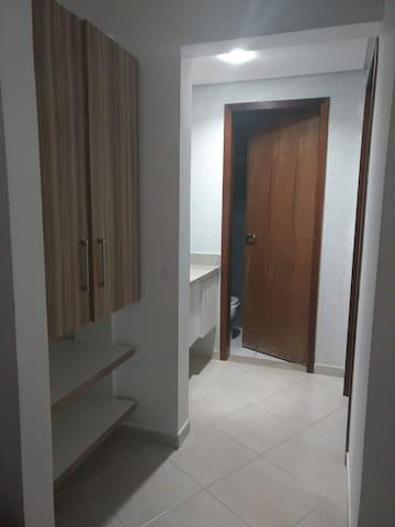 Corredor com armário e lavabo