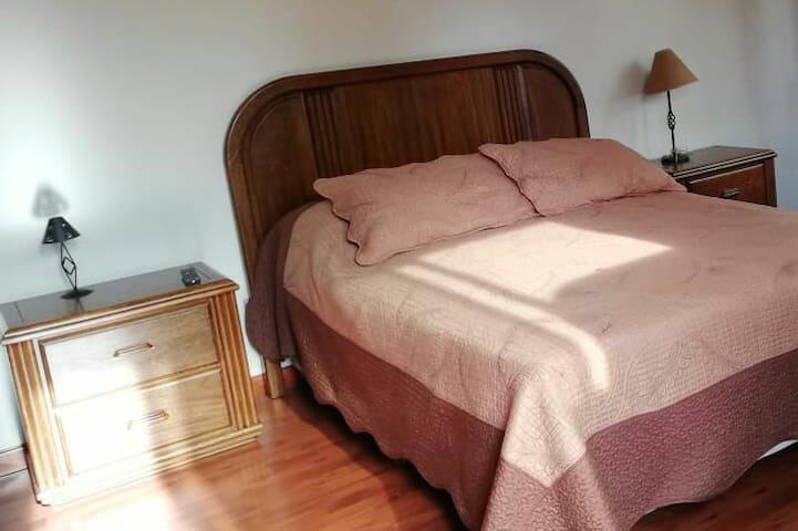 Dormitorio con cama doble y baño privado