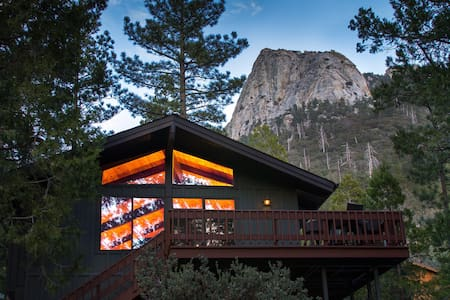 Modern & Upscale Cabin With Dramatic Views