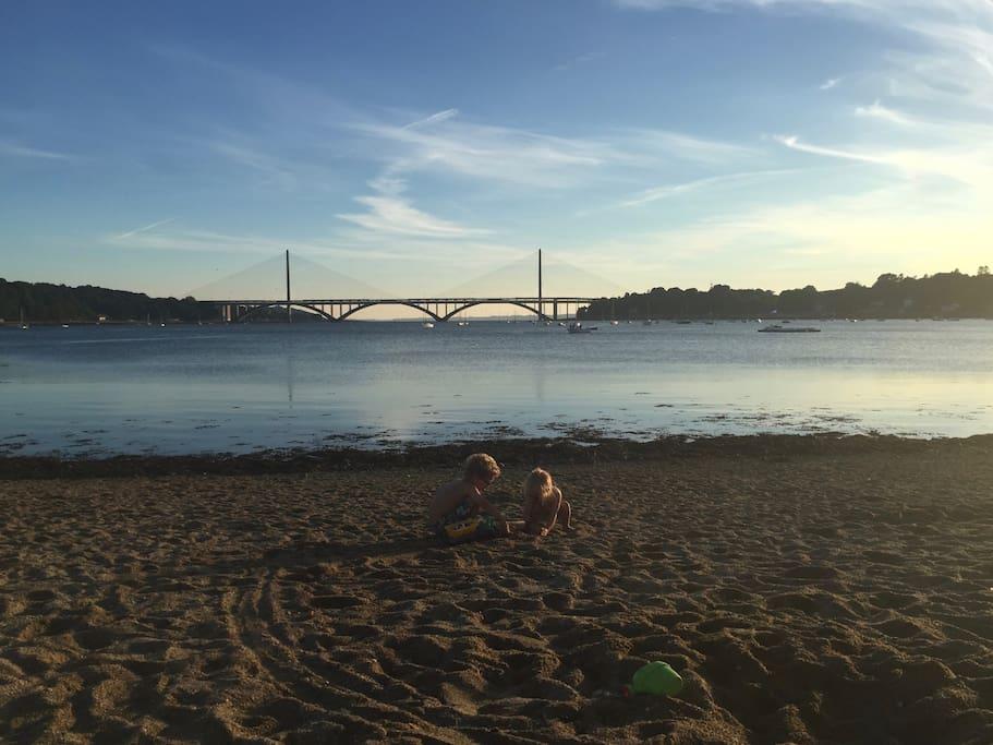 """Nos enfants à la plage à coté de la maison, à moins de 500m par un petit chemin: """"le sentier des biquettes""""."""