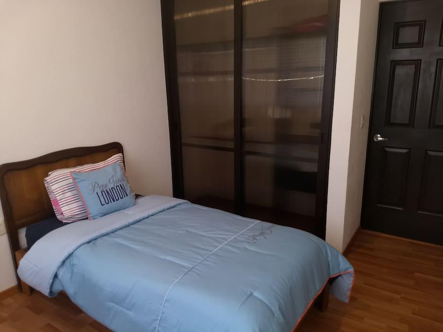Recámara con cama individual, clóset amplio, ventana con gran ventilación con mosquitero, escritorio para trabajar, Internet, wifi.