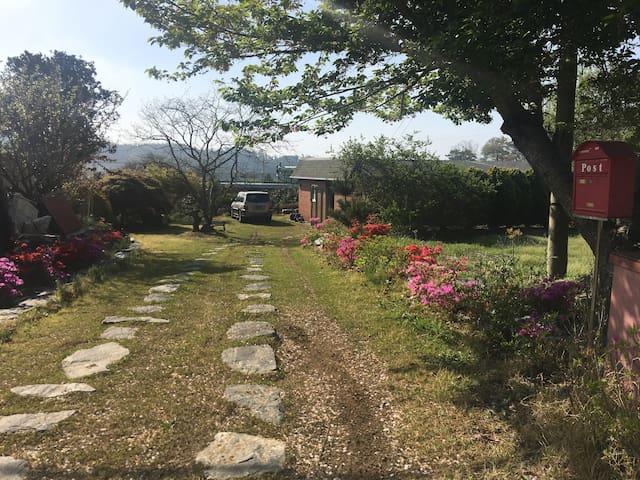 꽃과 나무가 아름다운 태안집, 만리포*천리포 수목원과 5km 떨어진 가든 하우스.