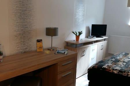 Ferienwohnung,Monteursunterkunft, neu saniert - Wolfhagen - Appartement
