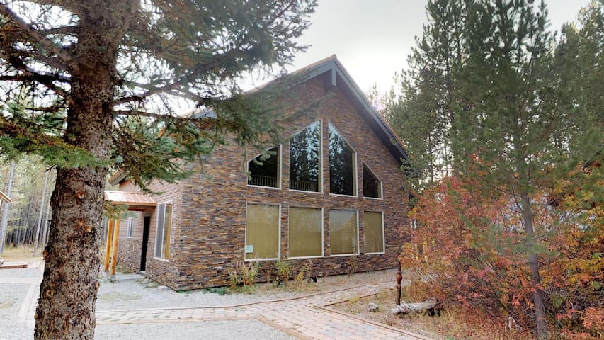 N BIG SPRINGS⭐️25 MINUTES TO WEST YELLOWSTONE SATELLITE TV BBQ GRILL 4BR+LOFT 3B
