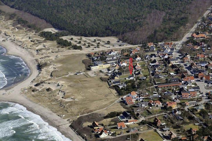 Fiskerhus 100 m. fra klitterne på Liseleje strand