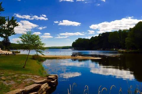 Esconderijo Perfeito! Renovado Lake Ariel Home