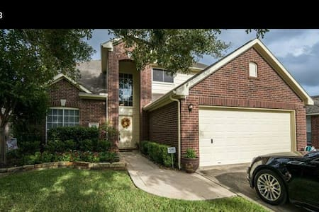 Room for rent in 2 story house with pool/hot tub - 휴스턴(Houston)