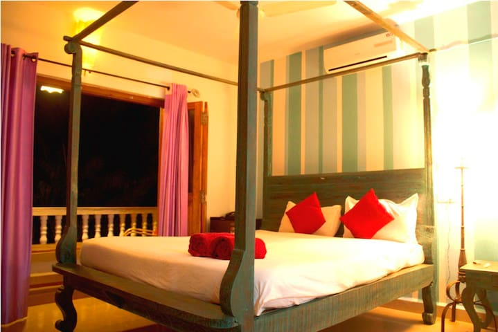 Vibrant garden view Blue Room 108 at Ashvem beach - Goa - Bed & Breakfast