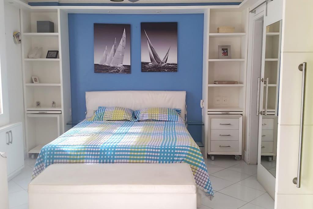 Quarto com TV de tela plana e canais a cabo - Bedroom with flat screen TV and cable channels