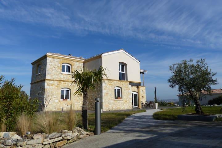 Grande maison très confortable et atypique - Castillon-Savès - Dom