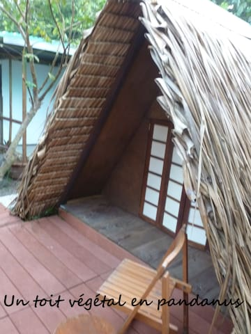 Un toit végétal en pandanus pour vous protéger des rayons du soleil