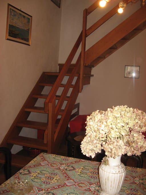 Particolare della scala in legno che conduce alle camere