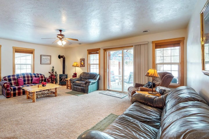 Cozy retreat close to Ponderosa State Park with golf course views