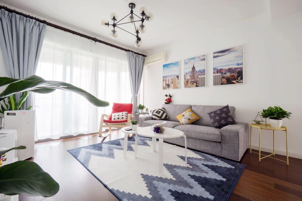 客厅,超大落地窗,软软地毯,明朗而温馨