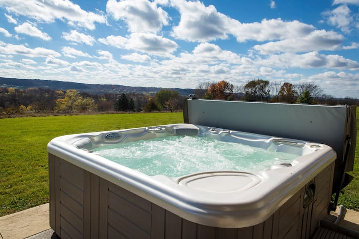 AMAZING VIEWS!! Outdoor Hot Tub, Ping Pong Table, Arcade Game, Fire Pit!