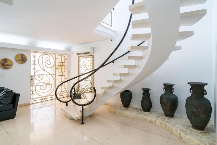 Escalera de acceso a las habitaciones.