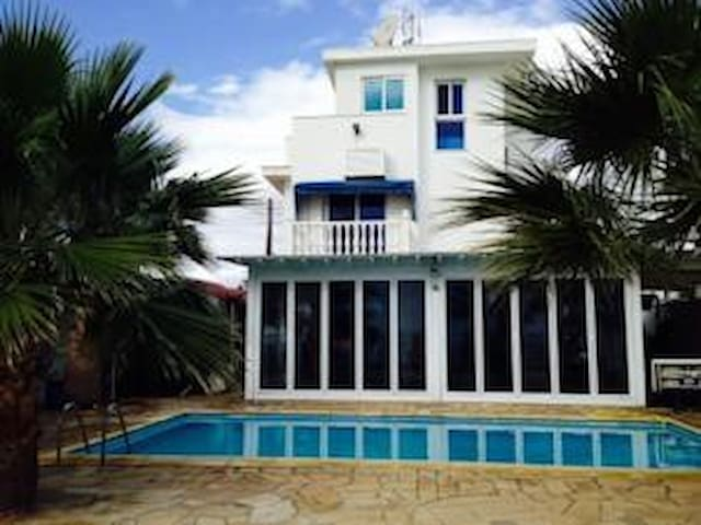 3 b/r beach villa with stunning sea view - Zygi - Huvila