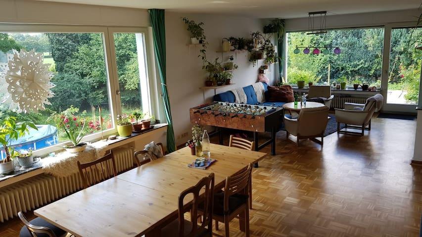 Schönes Zimmer in großem Haus mit Garten