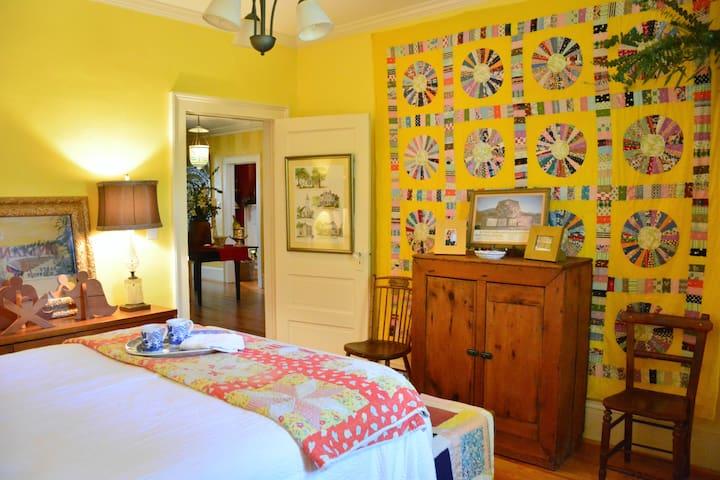 """Yellow Room- 1924 Bungalow """"Wanderlust"""" - La Grange - Hus"""