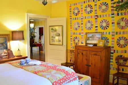 "Yellow Room- 1924 Bungalow ""Wanderlust"" - La Grange"