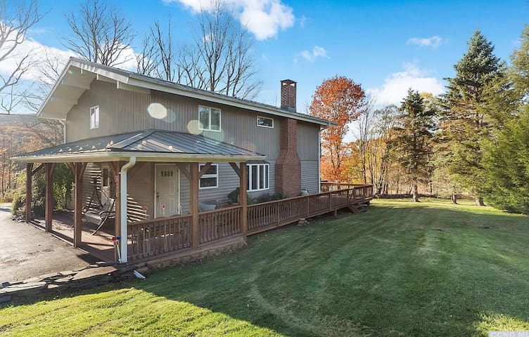 Catskill Getaway, Windham and mountain views!