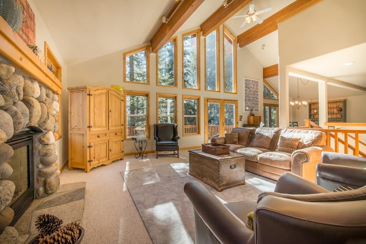 Dogs OK- Updated home minutes from Tahoe City! Hike, bike and beach nearby!