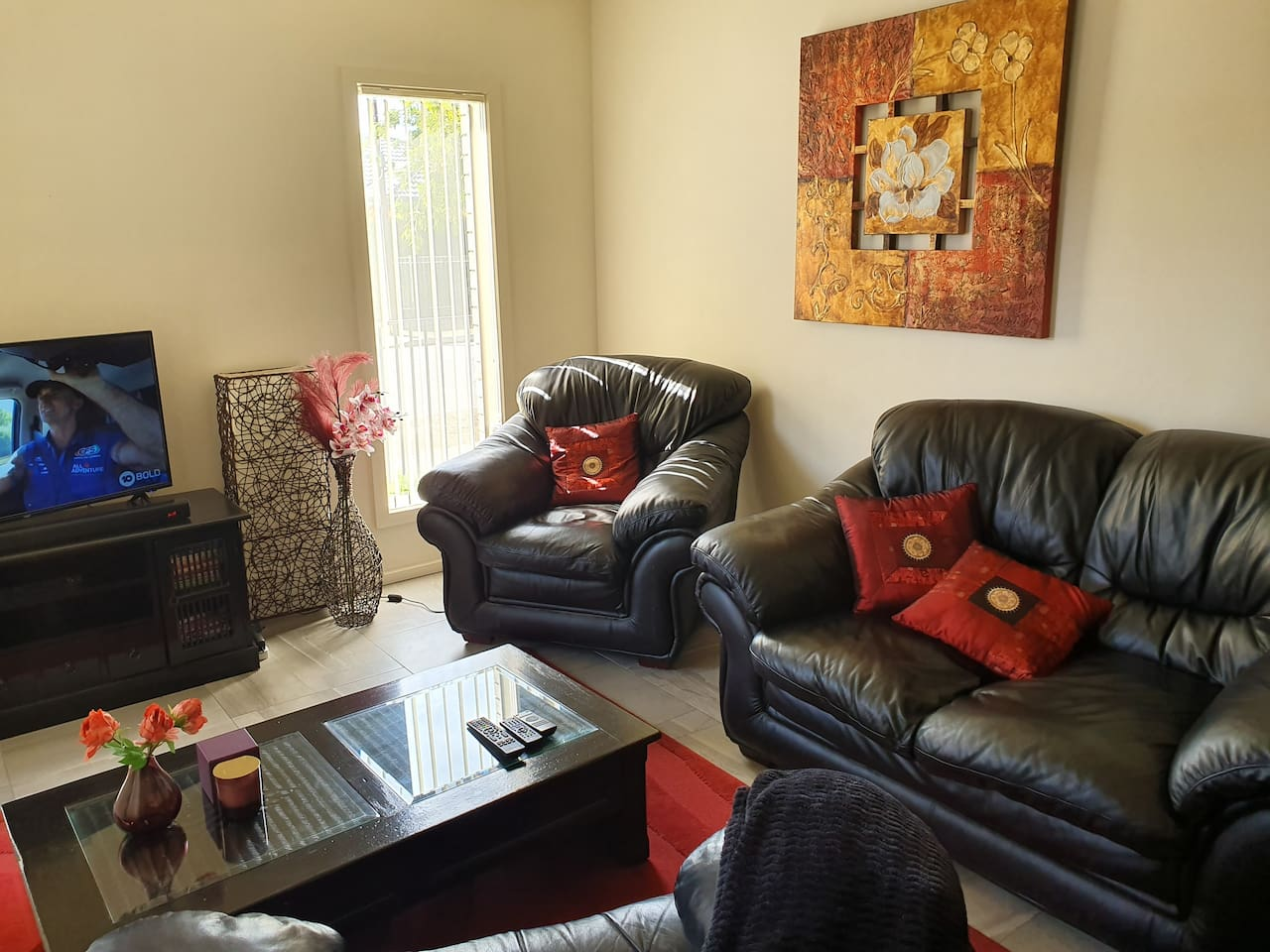Formal lounge with recliner, smart TV, audio/DVD player and DVDs for children, free wifi with unlimited data to chill after a busy day