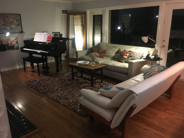 Comfortable & Modern Heights Home