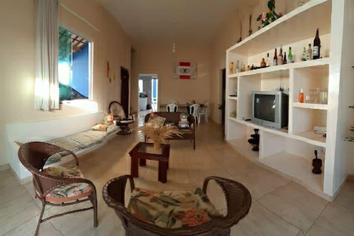 Sala de estar/jantar 1 estante de alvenaria 1 sofá de alvenaria Almofadas 1 conj de vime ( um sofá 2 lugares, uma cadeira giratória, uma cadeira) 1 mesa de centro 1 TV 1 receptor SKY 1 roku