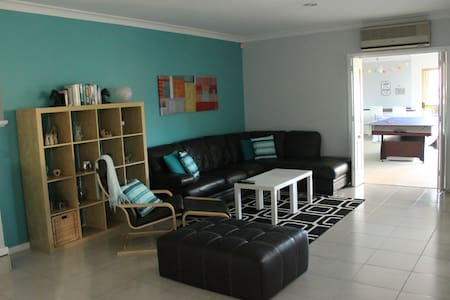 Large home with pool close to beach - Duncraig - Huis