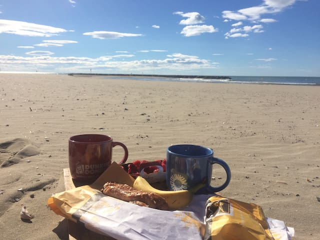 Il suffit de prendre un plateau et de vous rendre à la plage, pieds nues, un régale ! 30 mètres à pied