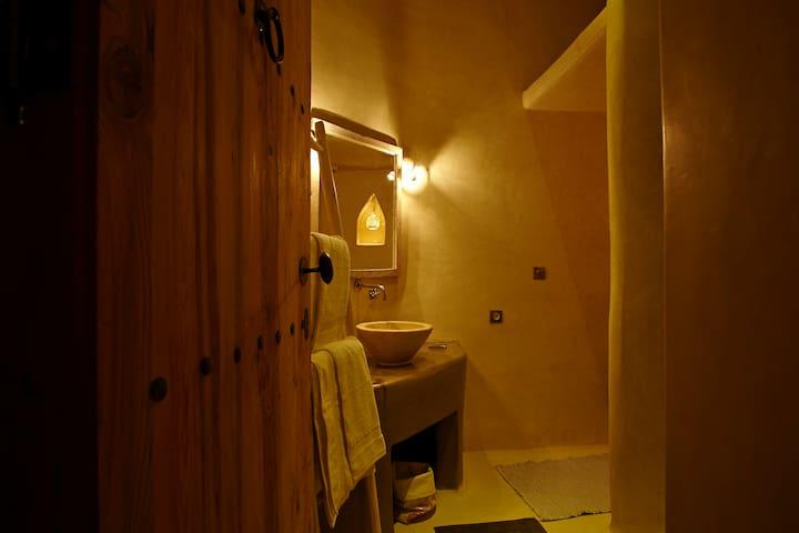 Entrée de la salle de bains de la chambre Bouaké
