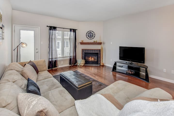 Clean, cozy & modern condo minutes from downtown