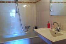 Das Badezimmer gleich nebenan mit Badewanne,  Dusche und ...