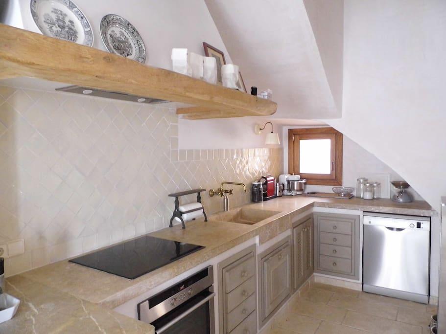 Komplette Küche mit Spülmaschine