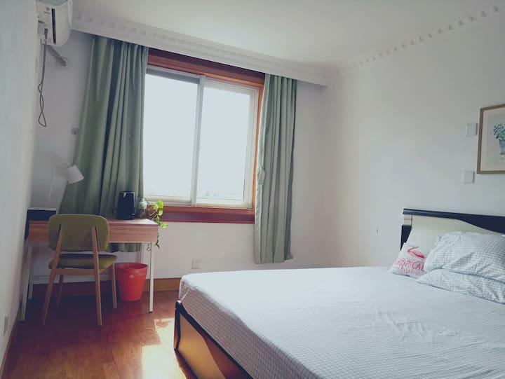 超大双人床轻绿温馨房