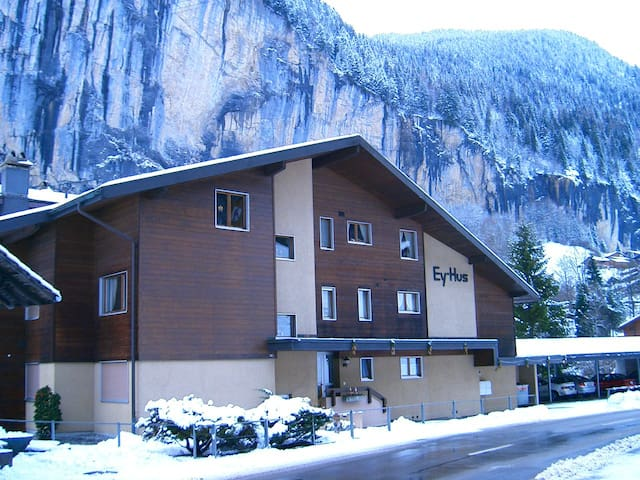 Swiss Alp Apartment with Stunning Balcony Views - Lauterbrunnen - Apartamento