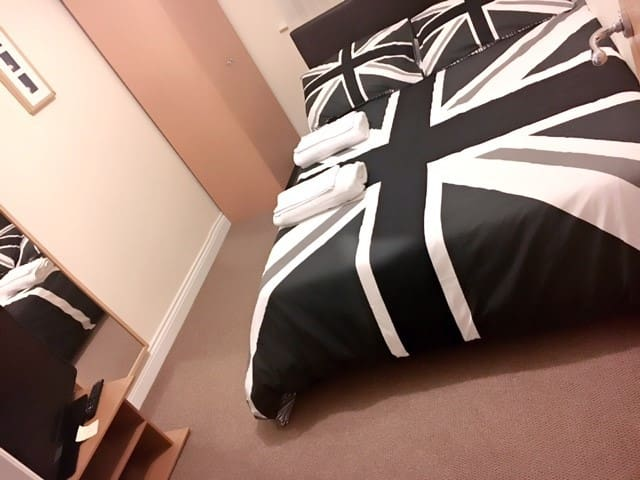 Double bedroom, quiet area, near station & shops