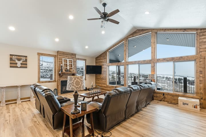 Beautiful Bear Lake home w/large deck, gas grill, and lake views -close to golf!