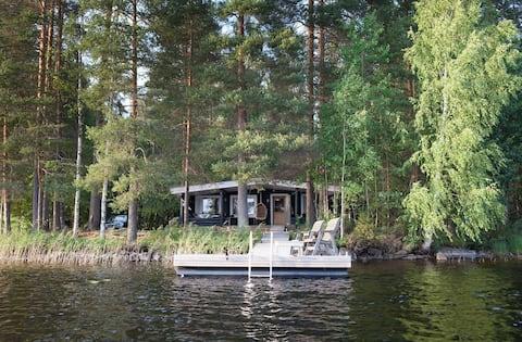 Kalojen välissä - talomme järven rannalla Suomessa