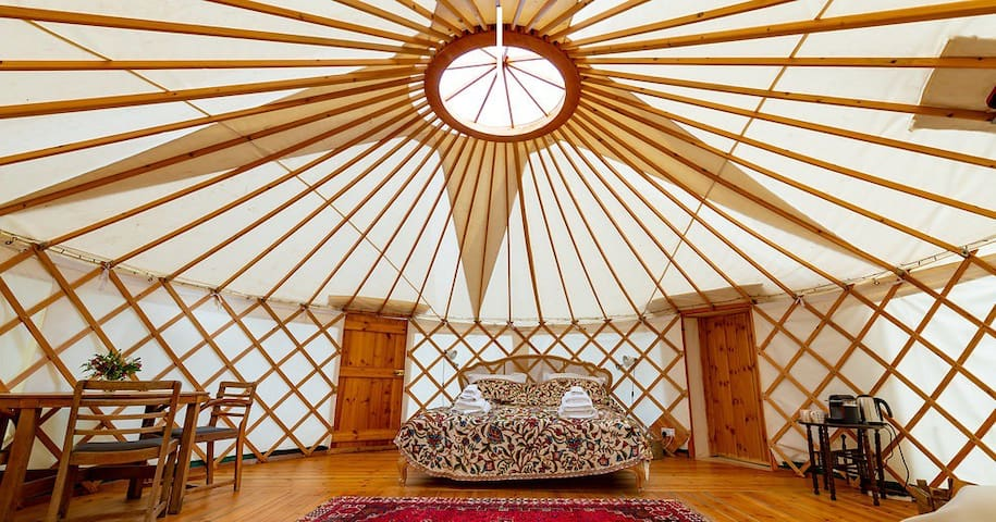 Pippin: Luxury ensuite Yurt with Hot-Tub, Bridport